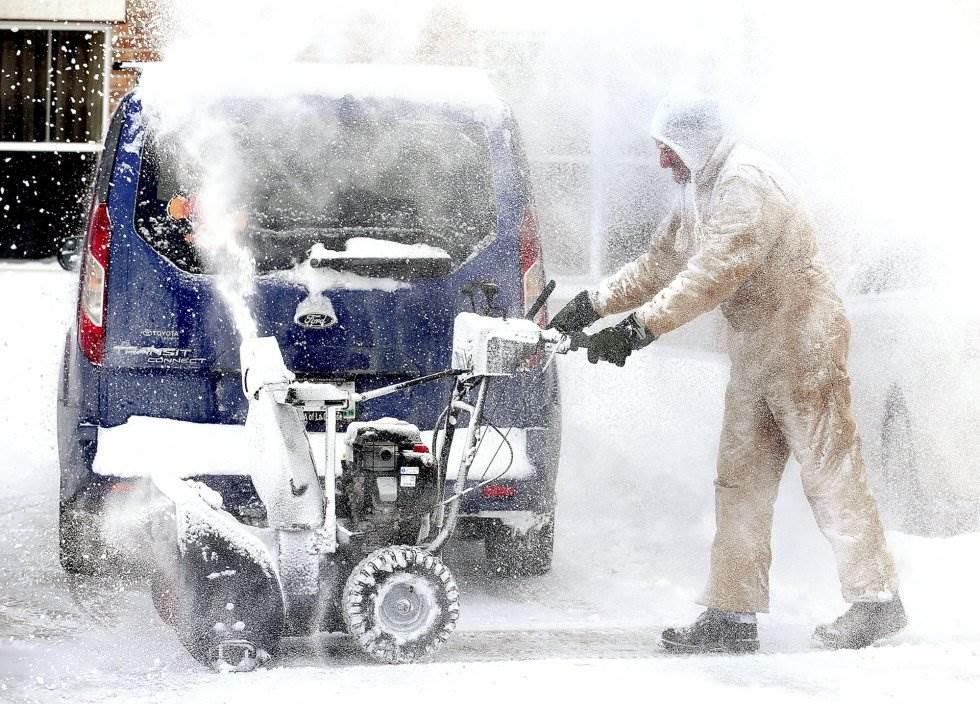 Un empleado retira nieve en un aparcamiento de La Crosse en Wisconsin.