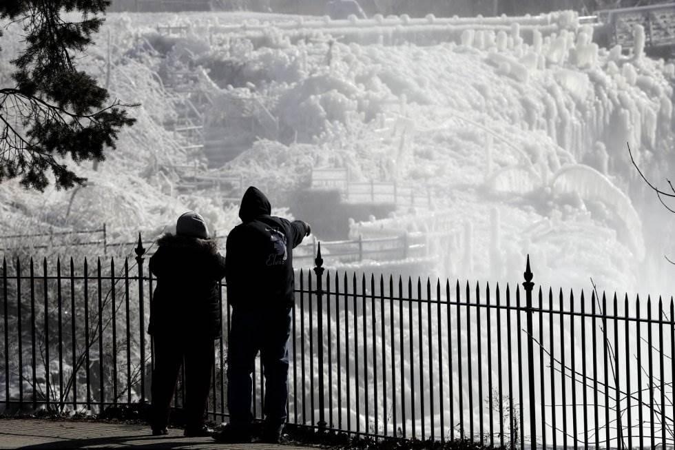 Dos personas ven el hielo en el Parque histórico Nacional de Great Falls de Paterson (Nueva Yersey), el 30 de enero.