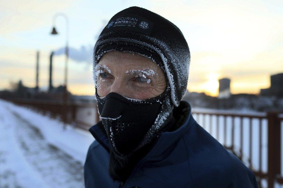 Un hombre, con la cara cubierta de escarcha mientras corre por el puente Stone Arch, que cruza el río Misisipi, en Minneapolis.
