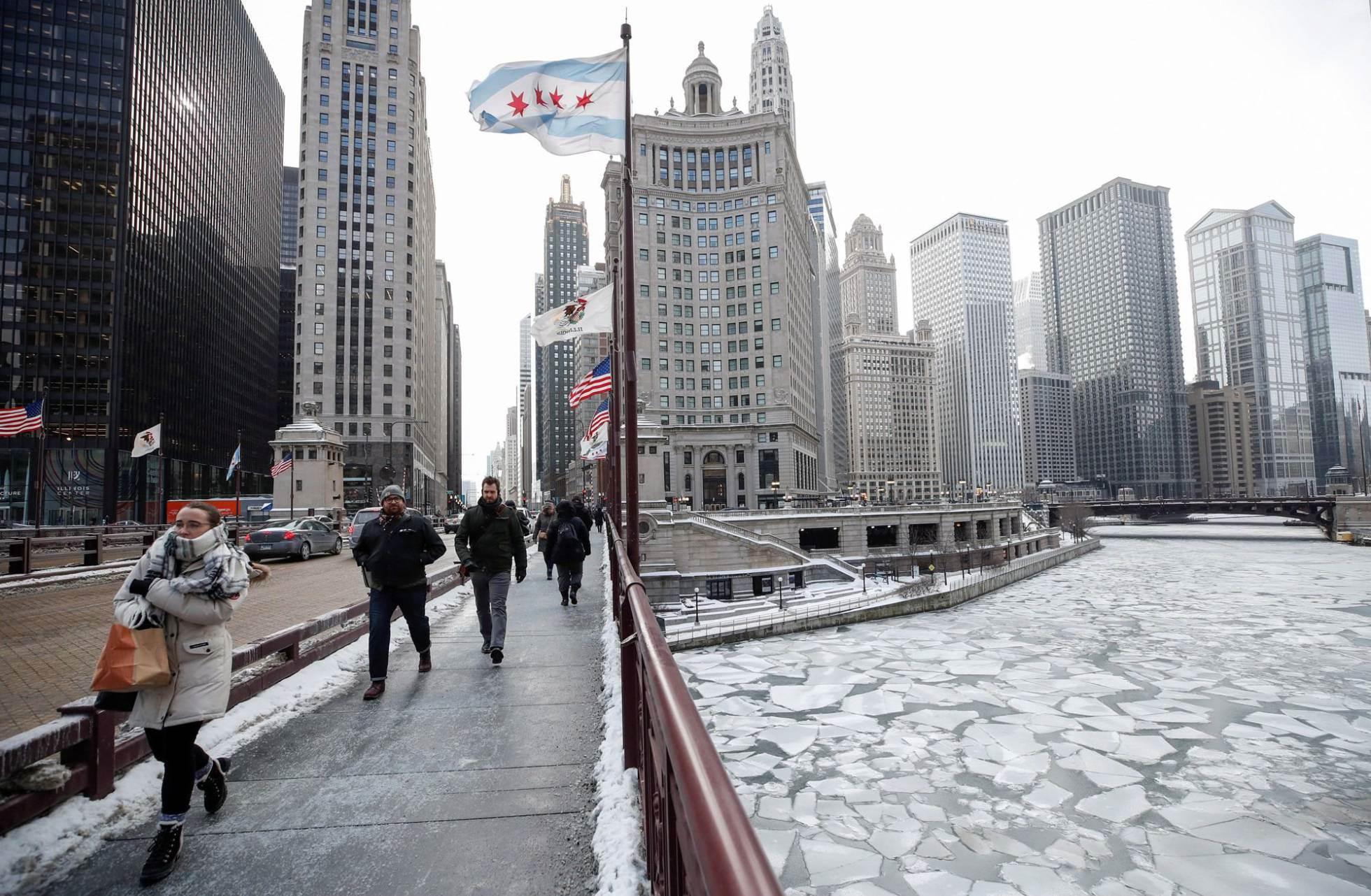 Un grupo de personas caminan durante la ola de frío polar en Chicago, Illinois (EE UU).