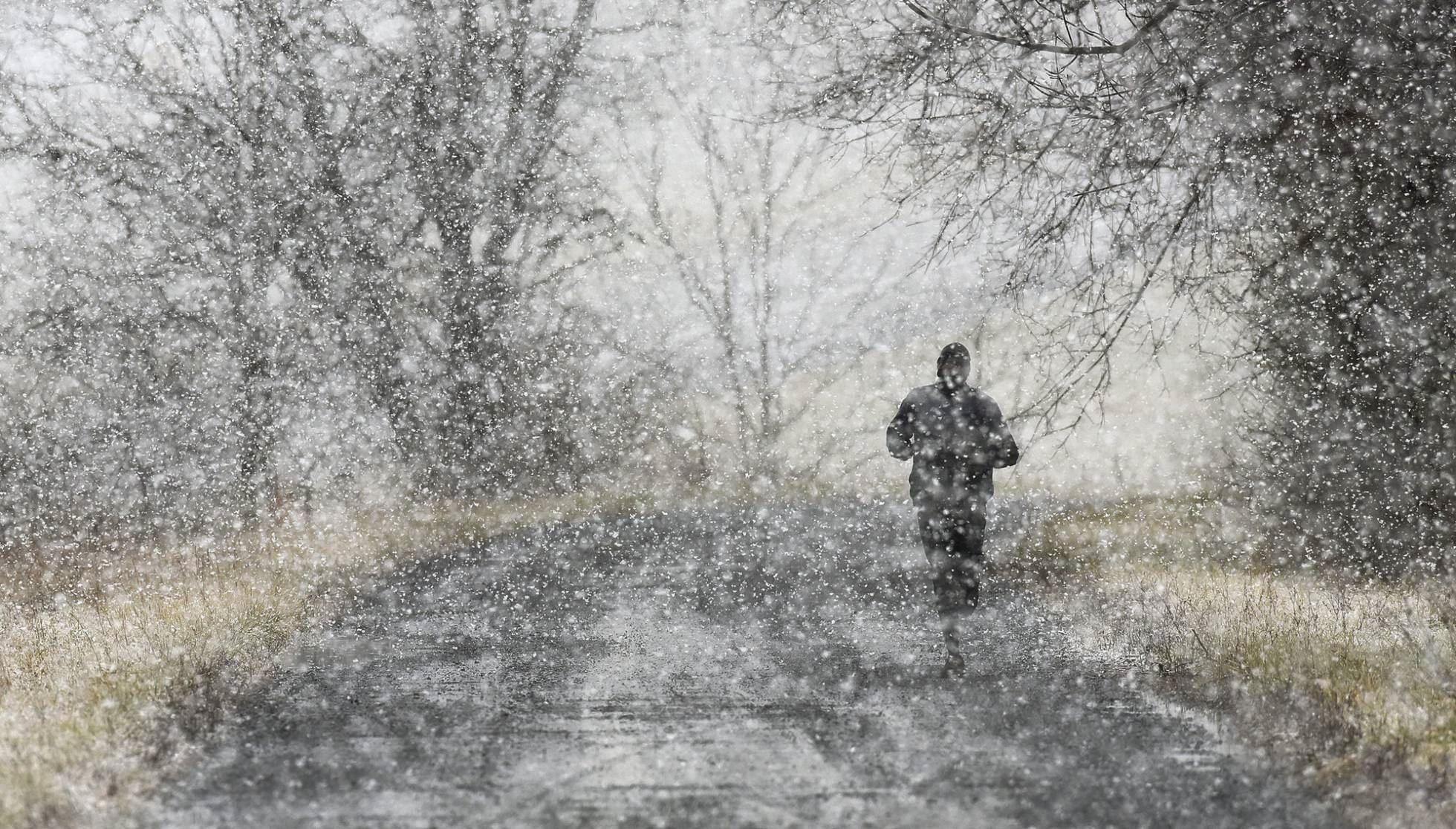 Un hombre corre durante una intensa nevada en la Universidad de Emory, en Atlanta (EE UU).