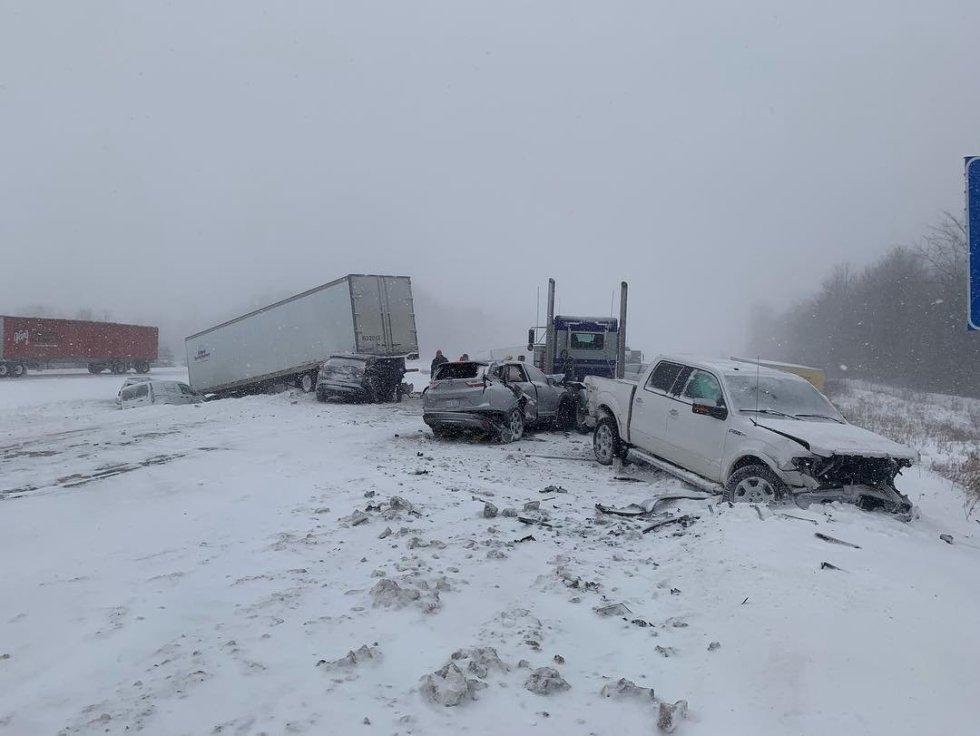 Accidente de tráfico causado por el hielo en Grand Rapids, Michigan (Estados Unidos).