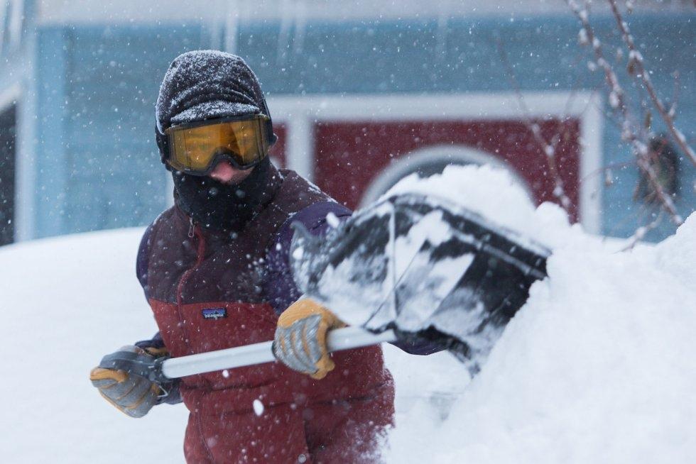 Stephen Gabris retira nieve a palazos en una calle de Búfalo (Estados Unidos), el 30 de enero de 2019.