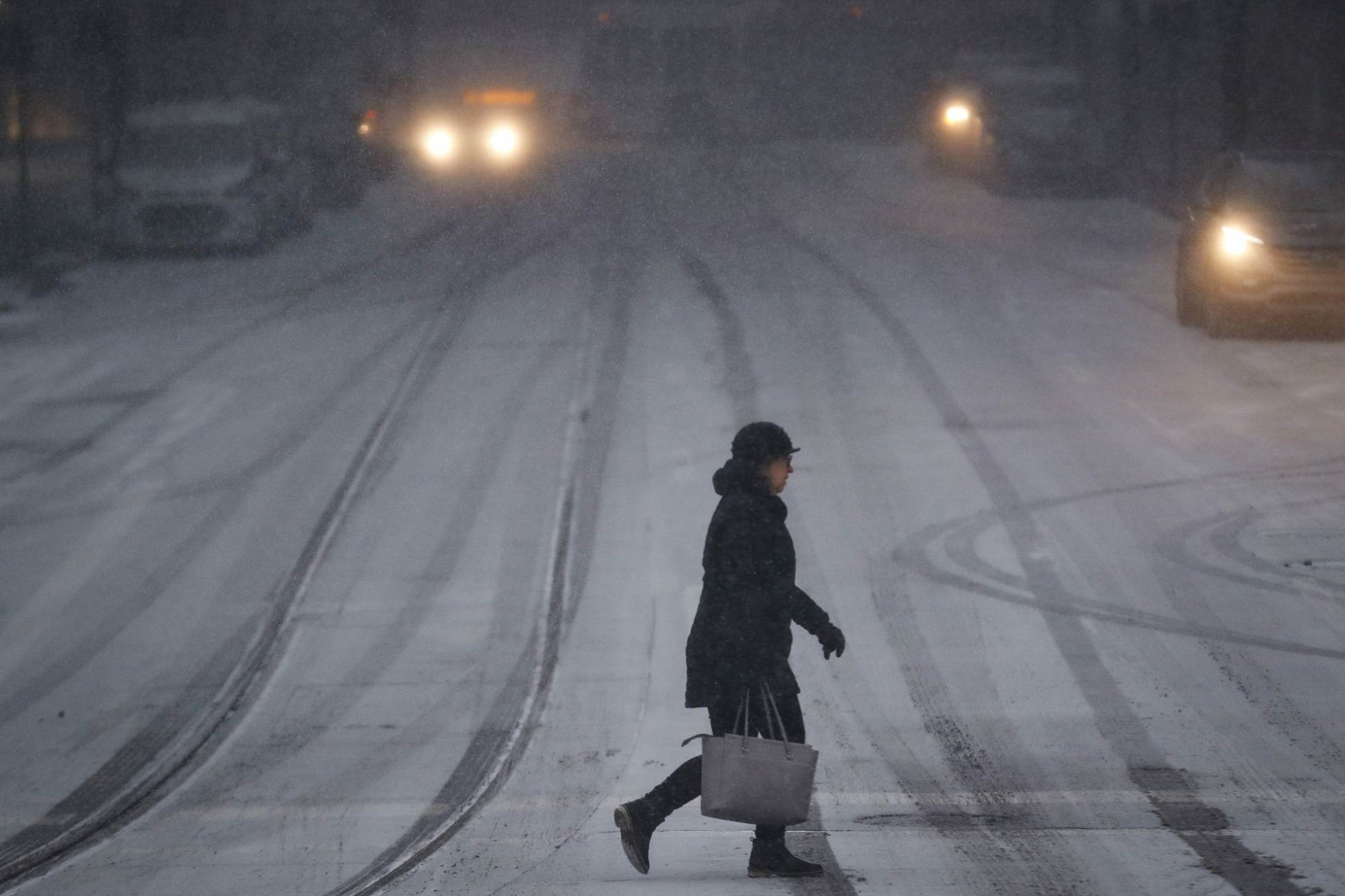 Una mujer atraviesa una cubierta de nieve en Cincinati, este miércoles.