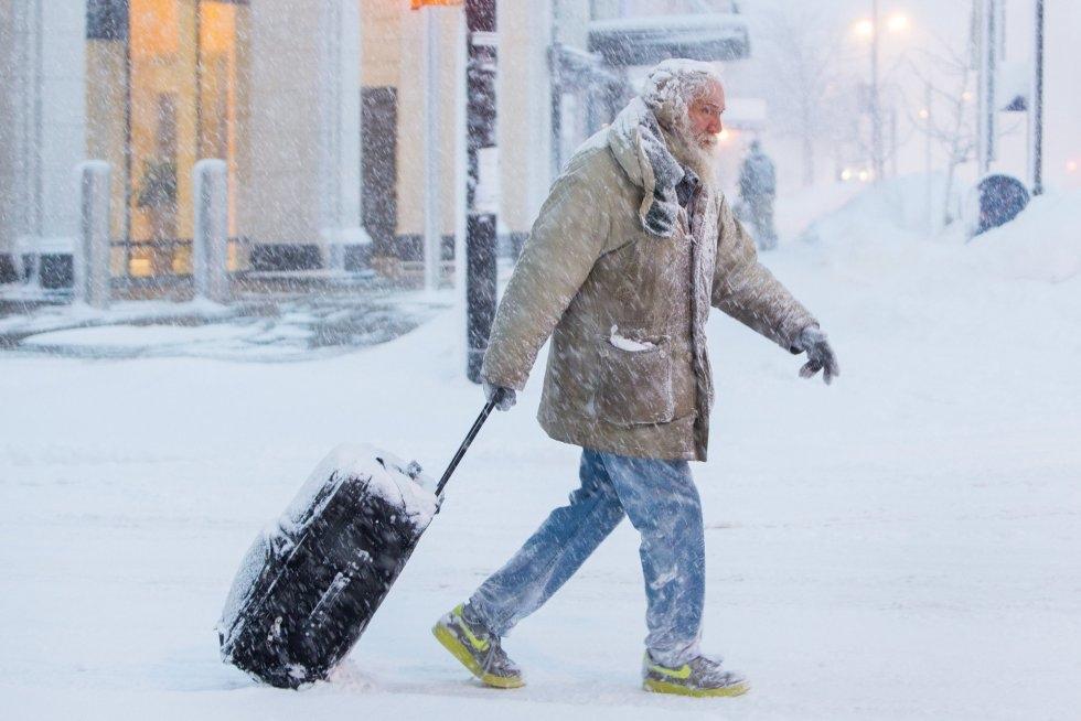 Un hombre camina con su maleta por una calle de Búfalo (Estados Unidos), el 30 de enero de 2019.
