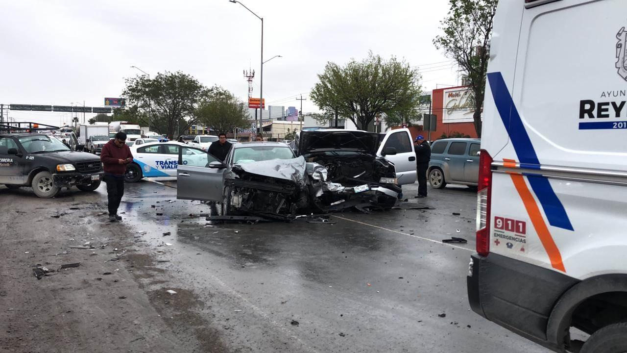 Conductor de camioneta pierde el control y provoca encontronazo en el bulevar Morelos.