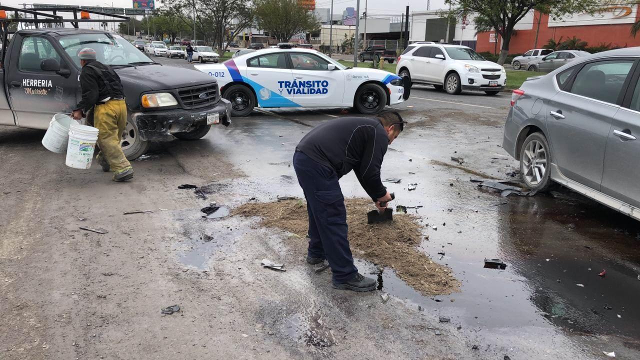 Intervienen elementos Protección Civil acudieron al lugar para evitar que el derrame de aceites pueda provocar otro accidente.