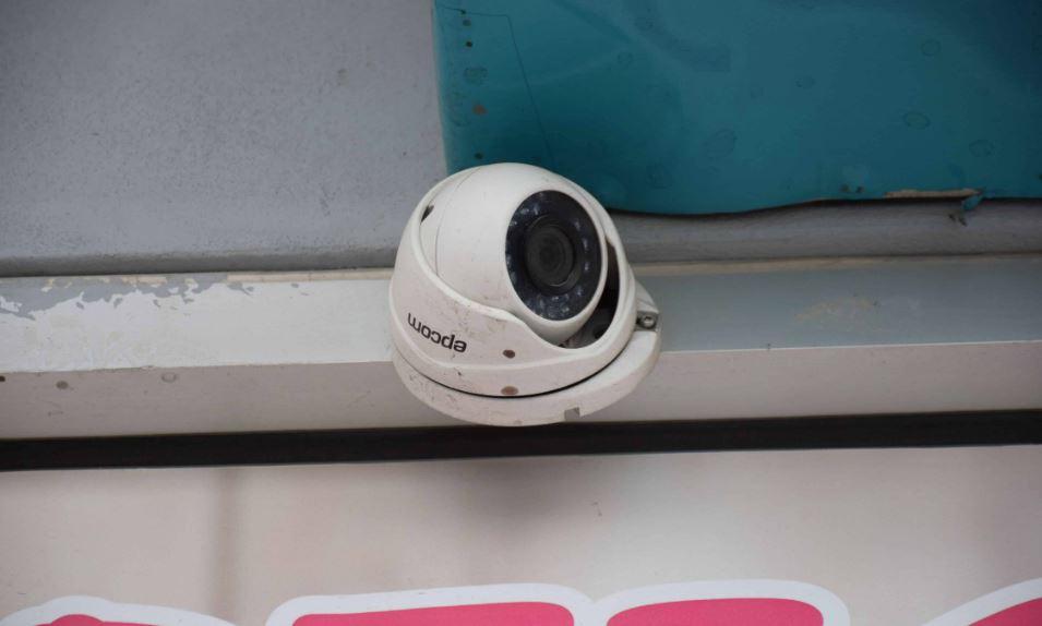 Pistas. Las autoridades ministeriales investigaron en la zona y consiguieron algunos videos de las cámaras de seguridad de los negocios aledaños.