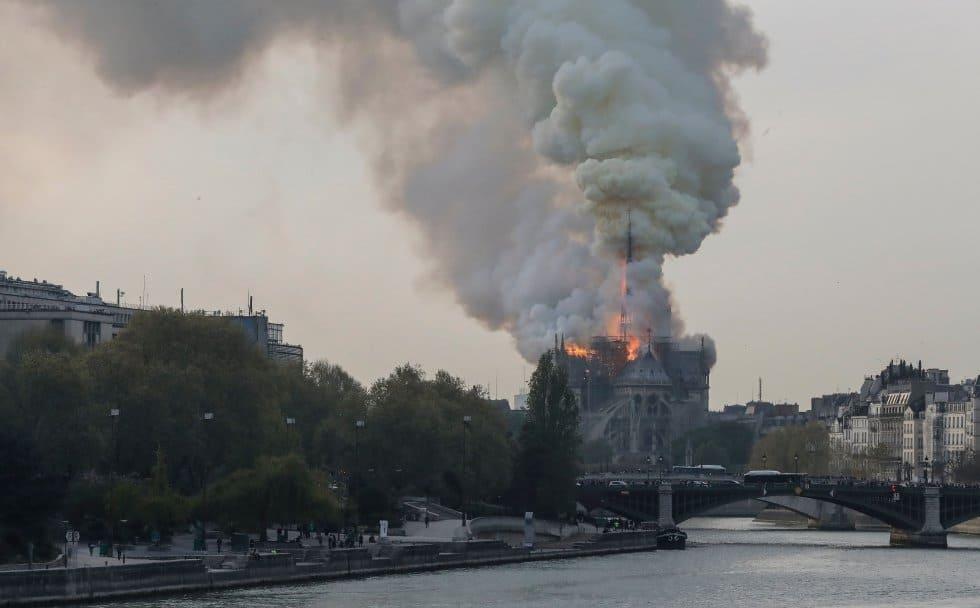 La columna de humo, visible a kilómetros de distancia, se eleva sobre la catedral, erigida a orillas del río Sena.