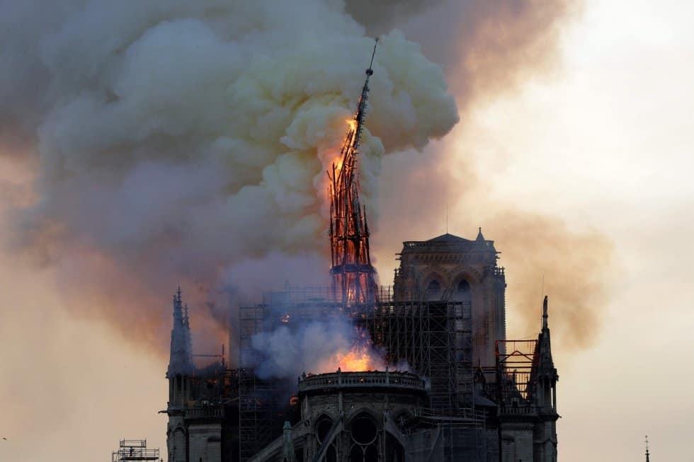 La catedral de Notre Dame de París sufre este lunes un gravísimo incendio, que ha derribado ya su emblemática aguja y parte del techo. En la foto, momento en que se desploma la aguja de la catedral.