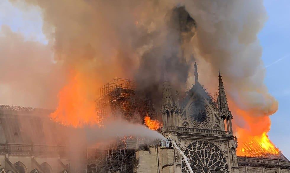 Los bomberos trabajan en la extinción del incendio que ha consumido una parte importante de la catedral parisina este lunes.
