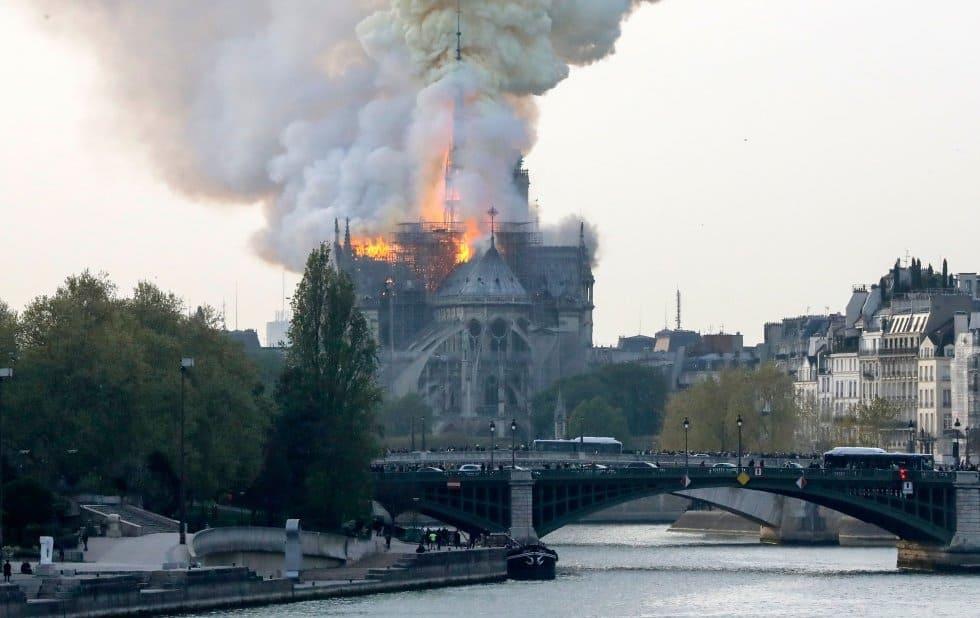 Según los bomberos, el incendio está potencialmente vinculado a las obras de renovación del edificio, el monumento histórico más visitado de Europa.