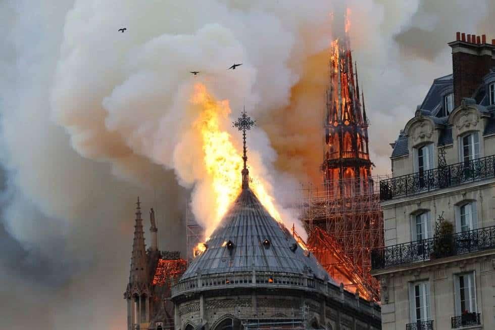 Las llamas devoran la aguja y parte del techo de Notre Dame, que ha sufrido un devastador incendio que se inició alrededor de las siete de la tarde de este lunes.