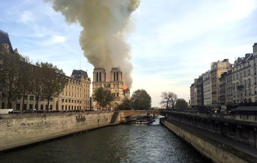 Las llamas y el humo se elevan sobre Notre Dame. Se desconocen por el momento las causas de la catástrofe, aunque las hipótesis apuntan a que podría estar relacionada con los trabajos de renovación que se llevaban a cabo en la histórica catedral.