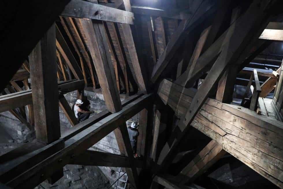 Foto del 26 de junio del año pasado, en la que se puede apreciar el estado del interior de la catedral de Notre Dame en la zona donde se estaban llevando a cabo los trabajos de restauración, en una de las partes más antiguas y dañañas. Las primeras hipóte