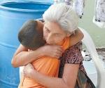 Golpea madre a su hijo, abuela quiere salvarlo