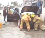 Asusta a dama conato de incendio en su auto