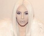Kim roba cámara con look rubio