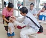 Les dan sus dosis contra la polio