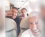 Captan a AMLO con la 'Polisexy' en vuelo a Oaxaca