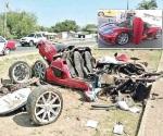 Destrozan auto deportivo de lujo al volcar; 2 heridos