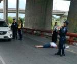 Mujer se lanza desde un puente en Monterrey y sobrevive