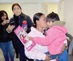 Regresan niñas con su madre