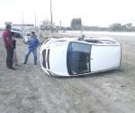 Pierde control de auto a velocidad y se vuelca