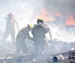 Batallan bomberos con incendio de un basurero al oriente