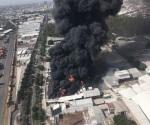 Fuego consume fábrica de pinturas en Guadalajara