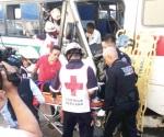 Fallan frenos a microbús,  choca y deja 18 heridos