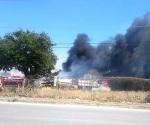 Incendio arrasa con taller de maquinaria en Victoria