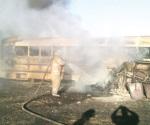 Arden en patio de plantel dos autobuses en desuso