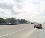 Incendio consume vehículo y pastizal