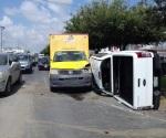 Camioneta choca y vuelca contra camión de Sabritas