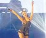 Sufre caída Ariana Grande en concierto