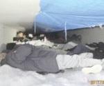 Hallan 60 inmigrantes en camión refrigerado