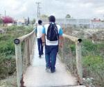Piden reparación o construir otro puente peatonal en Olmo