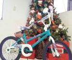 Se adelanta santa y trae juguetes a niños de escasos recursos