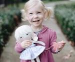 Le regalan muñeca con su misma marca en la cara