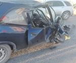 Embarra su auto contra base de puente