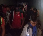 Detienen dos trailers con 198 inmigrantes