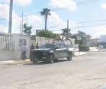 Hurtan camioneta utilizando una grúa