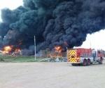 Combaten incendio en bodega de empresa, en Altamira