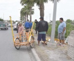 Arrolla a churrero que iba en triciclo regando el producto
