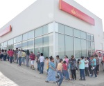 Largas filas para cobrar pagos por concepto de becas