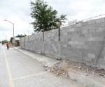 'Blindan' escuela; construyen barda