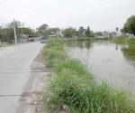 Se desborda canal y filtra agua a las casas en la Arcoíris