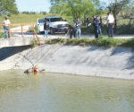 Pescan rancheros a muerto ahogado en el canal Rodhe