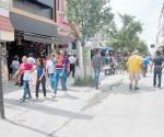 Foráneos no respetan la zona peatonal en los fines de semana